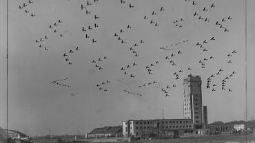 Pokazy lotnicze, klucz samolotów myśliwskich nad wieżą kontroli lotów, 1933 r.