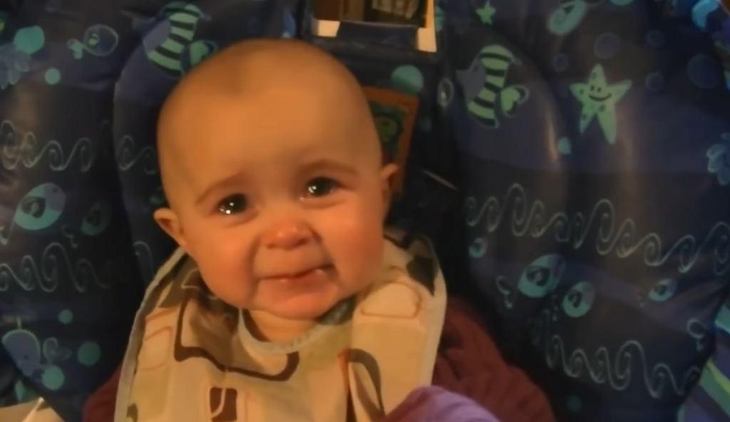 Piosenka zaśpiewana przez mamę wzruszyła niemowlę do łez