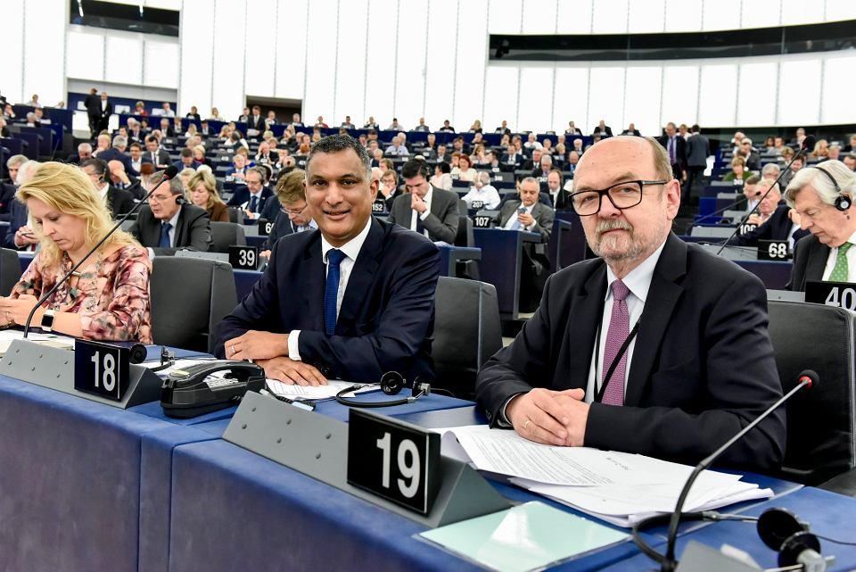 Rok 2017 w Parlamencie Europejskim: szef frakcji ECR Brytyjczyk Syed Kamall oraz eurodeputowany PiS Ryszard Legutko