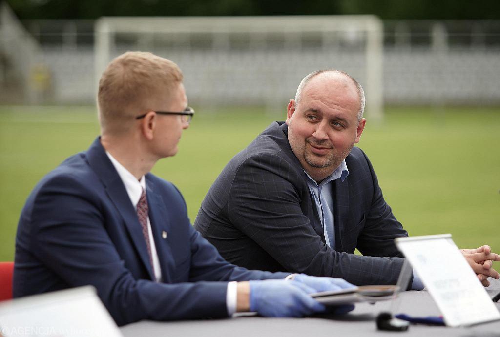 Prezes Rakowa Wojciech Cygan i prezydent Częstochowy Krzysztof Matyjaszczyk podczas podpisania umowy na przebudowę stadionu przy ul. Limanowskiego, 21 lipca 2020 r.