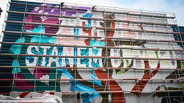 Łódzkie Centrum Wydarzeń rozpoczęło tworzenie pierwszego tegorocznego muralu. Ścianę przy ul. Skłodowskiej-Curie 26 maluje czterech artystów z hiszpańskiej grupy BoaMistura.