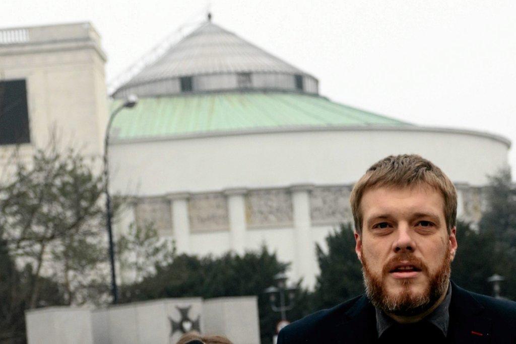 Adrian Zandberg przed Sejmem (fot. Sławomir Kamiński/AG)