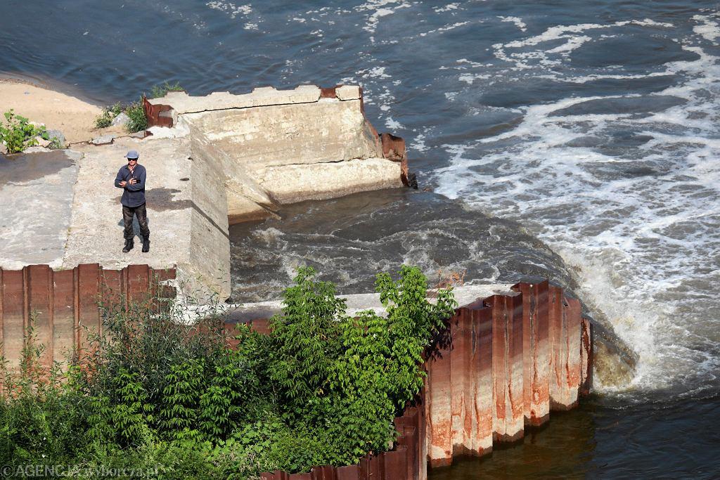 Kolektor przy moście Marii Skłodowskiej-Curie . Miejsce zrzutu ścieków w związku z awarią przesyłu ścieków do oczyszczalni Czajka