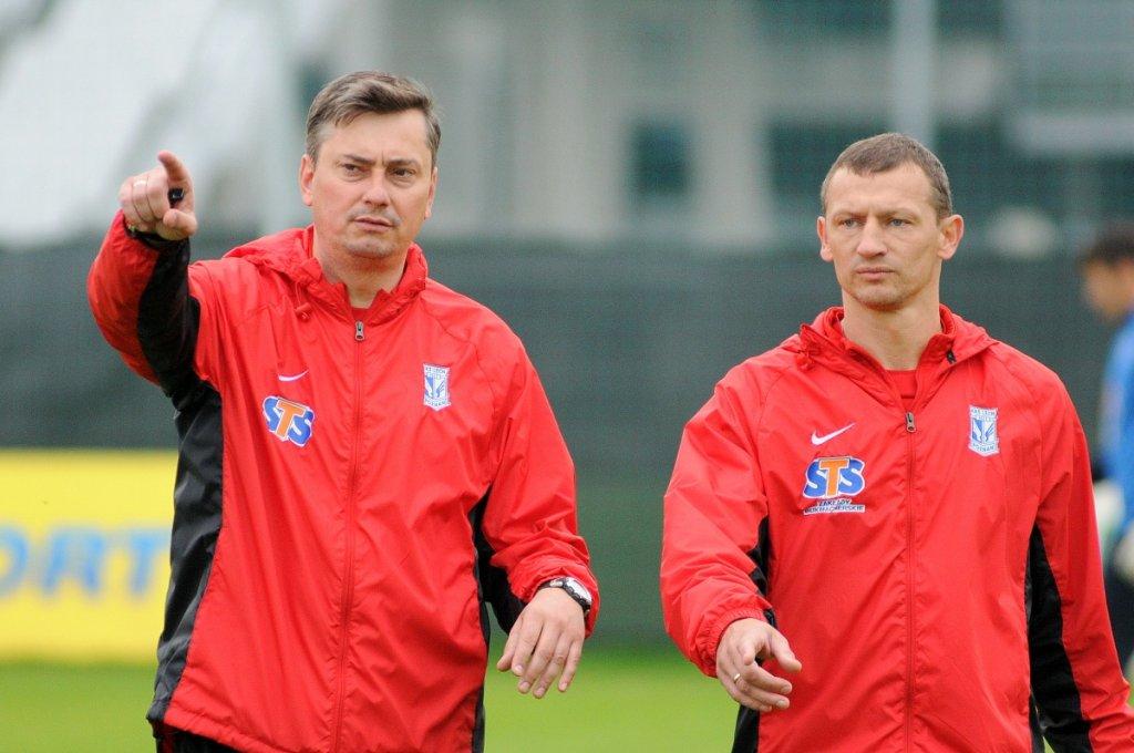 Trening piłkarzy Lecha Poznań. Trener Maciej Skorża i jeden z jego asystentów, Dariusz Żuraw