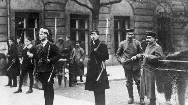 Warta studentów przy rozbrojonych żołnierzach niemieckich stacjonujących w Warszawie