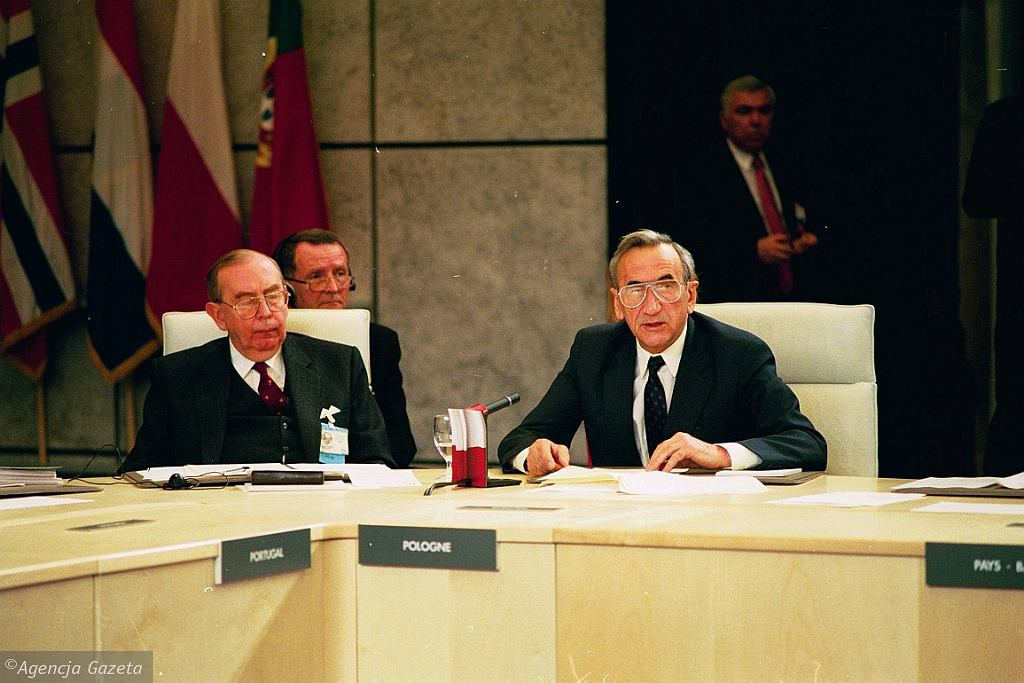 Krzysztof Skubiszewski i Tadeusz Mazowiecki na konferencji KBWE w Paryżu w 1990 r. (fot. Tomasz Wierzejski/AG)