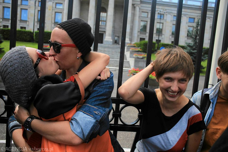 Jak długo powinnaś się spotykać przed całowaniem