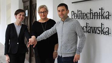 Dr inż. Joanna Bauer (na zdj. w środku) i jej zespół: Anna Szczypka z  Wrocławskiego Centrum Transferu Technologii i Piotr Otręba z Działu Własności Intelektualnej i Informacji Patentowej