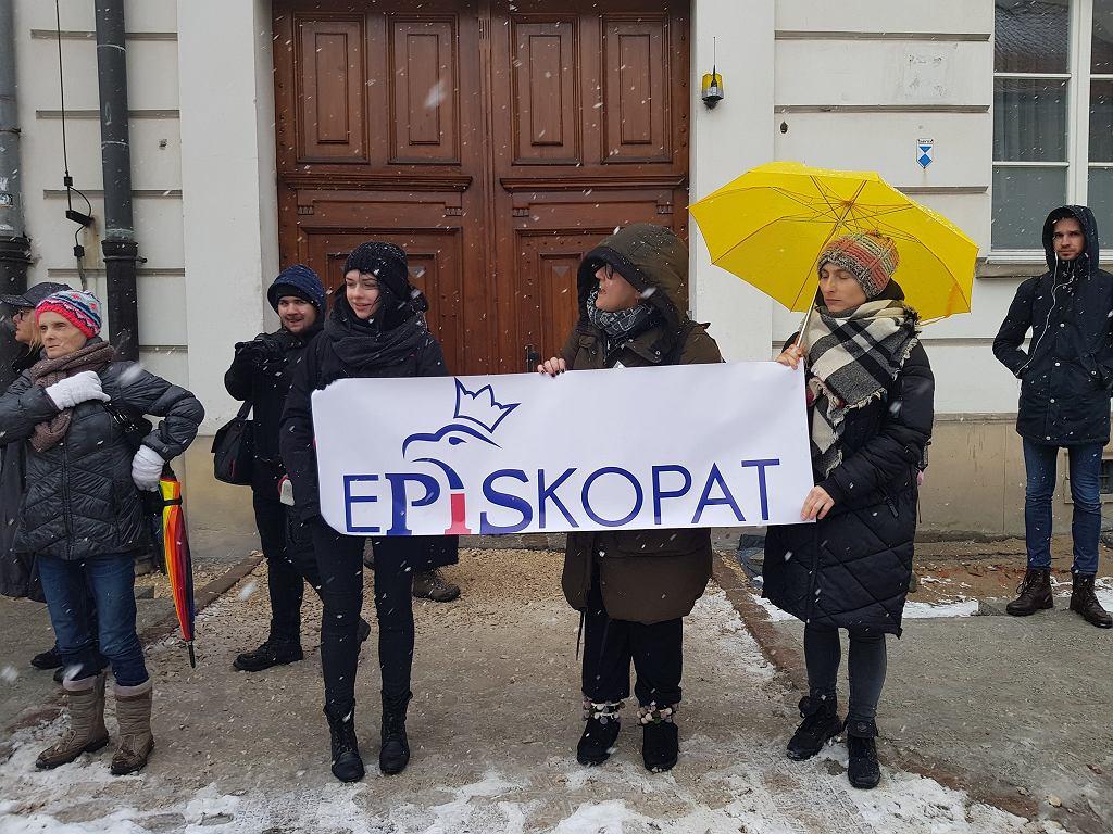 Protest Warszawskiego Strajku Kobiet przed Archidiecezją Warszawską (29.03.2018).