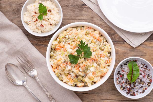 Sałatka jarzynowa nie może obejść się bez takich składników jak: marchewka, ziemniaki, pietruszka, seler, groszek konserwowy i majonez