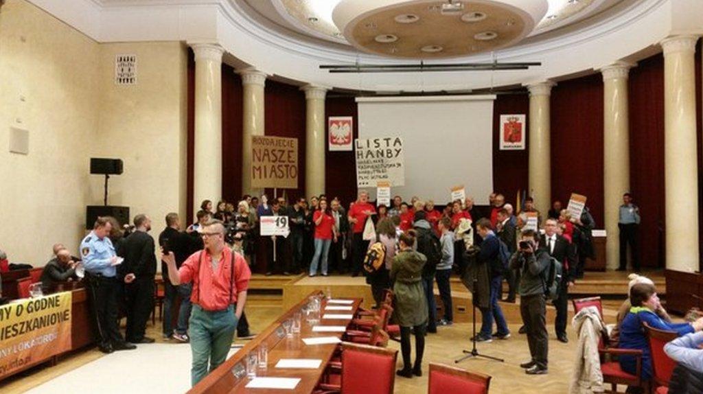 Aktywiści w sali obrad Rady Warszawy
