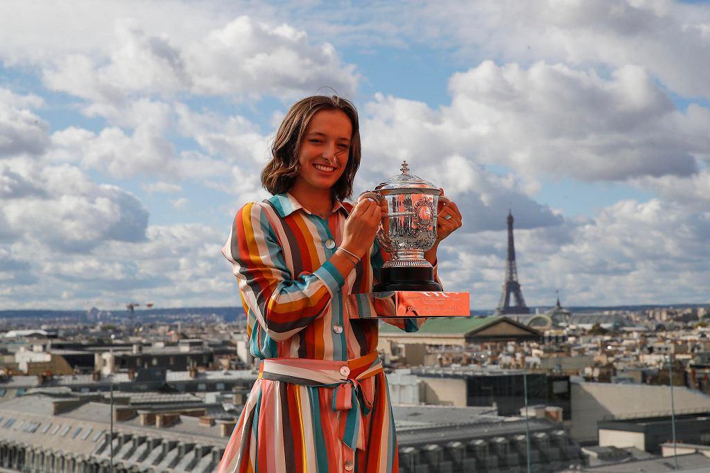 Roland Garros. Iga Świątek na dachu galerii handlowej Lafayette, z Wieżą Eiffla w tle
