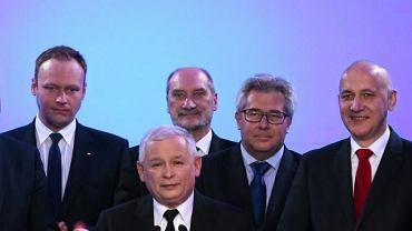 Antoni Macierewicz za plecami Jarosława Kaczyńskiego