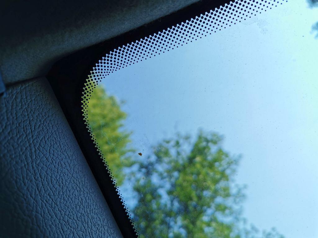 Czarne kropki na szybie samochodu