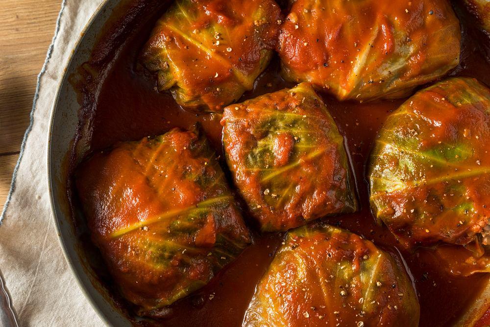 Sos pomidorowy do gołąbków można przygotować zarówno ze świeżych pomidorów, jak i z kncentratu pomidorowego