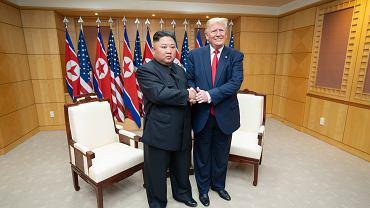 Uścisk dłoni podczas trzeciego i ostatniego spotkania Kim-Trump