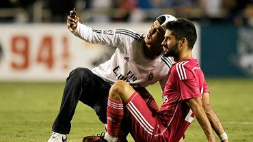 Kibic robi sobie selfie z Isco
