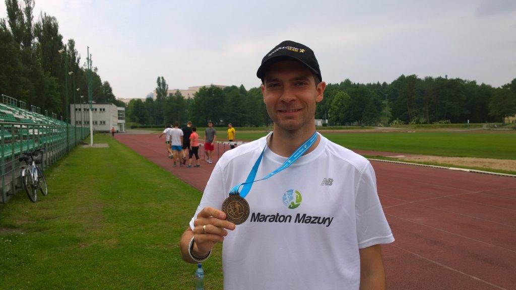 Paweł Pszczółkowski z medalem z Maratonu Mazury