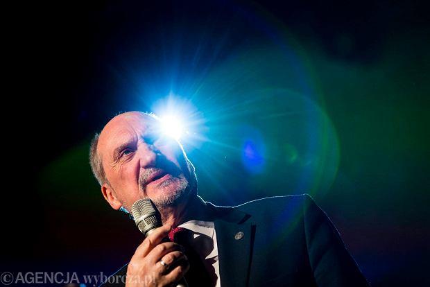 Minister obrony narodowej Antoni Macierewicz podczas koncertu galowego 'W hołdzie Żołnierzom Wyklętym', Kraków, 28.02.2016 r.