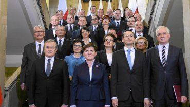 Premier Beata Szydło i członkowie jej gabinetu przed pierwszym posiedzeniem rządu