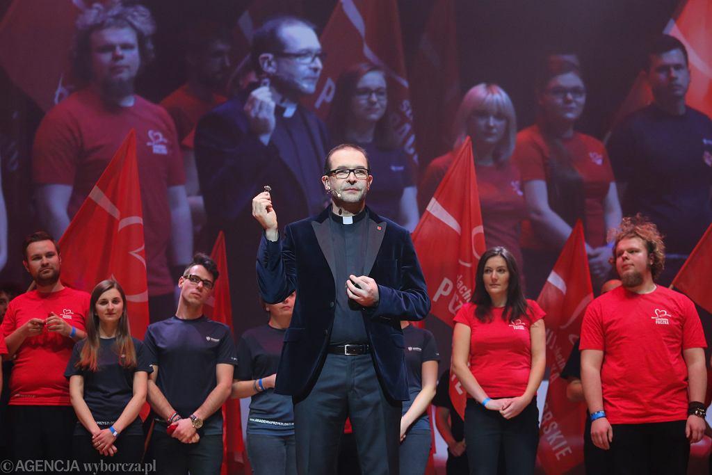 Ksiądz Jacek Stryczek na gali podsumowującej Szlachetną Paczkę w 2016 roku