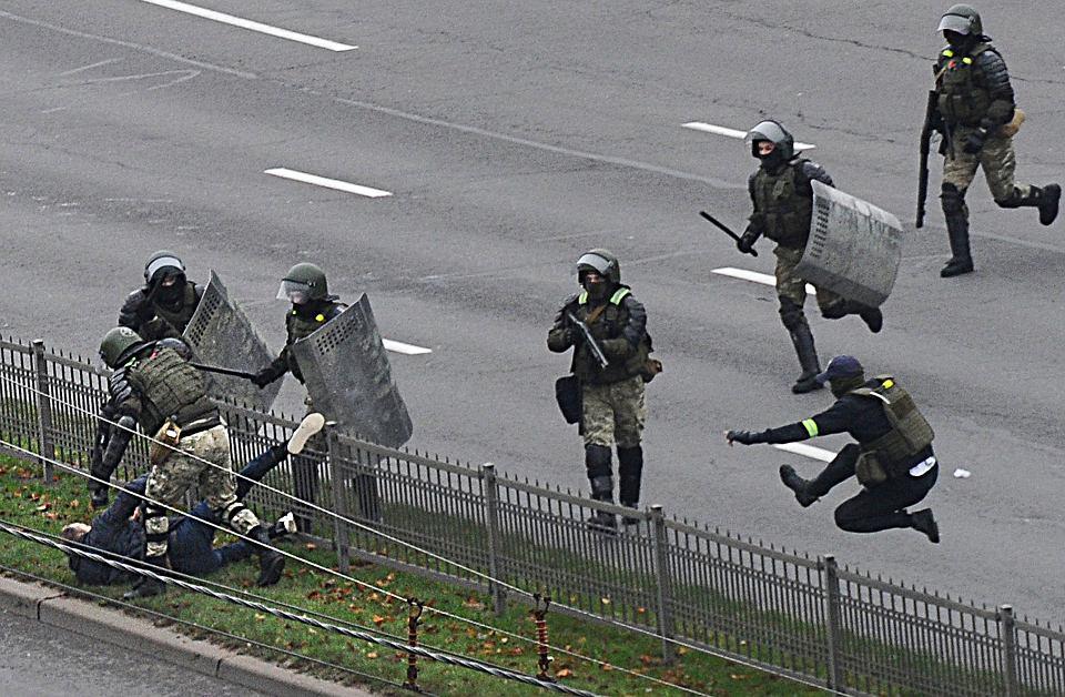 Funkcjonariusze OMON-u biją jednego z uczestników protestów przeciw Aleksandrowi Łukaszence, Mińsk, 15 listopada 2020 r.
