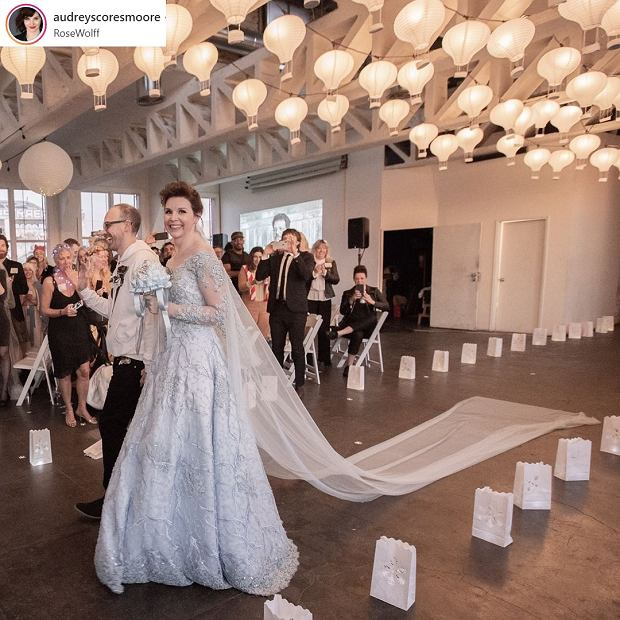 Zdjęcie numer 3 w galerii - Poprosiła, by na jej ślub kobiety przyszły w swoich sukniach ślubnych. Miała ważny powód, a efekt przeszedł oczekiwania