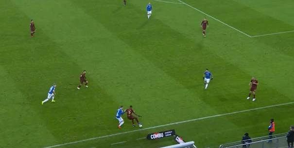 Legia odzyskuje piłkę przy linii bocznej, zagranie do Cafu, ten zamiast szybkiej zmiany strony inicjującej kontrę, daje się zamknąć trzem rywalom.