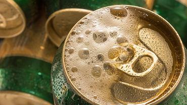 Przed otwarciem opukujesz puszkę piwa, żeby się nie pieniło? Badacze sprawdzili, czy to działa