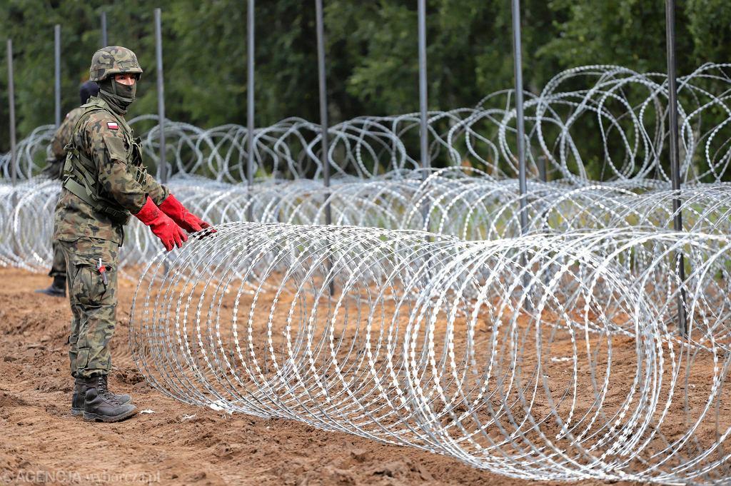 Płotu z drutu kolczastego na granicy polsko-białoruskiej