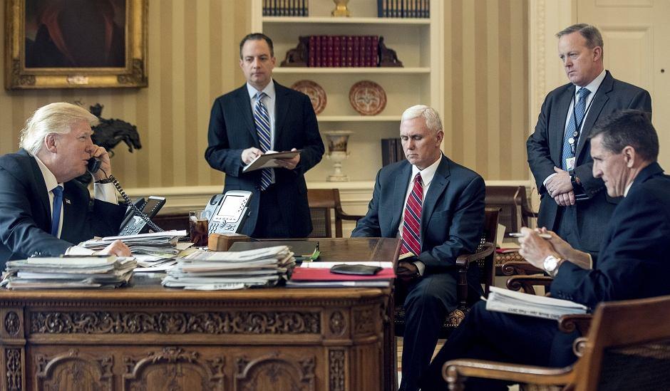 Donald Trump rozmawia przez telefon z Władimirem Putinem. Obok jego doradcy: Reince Priebus, Mike Pence, Sean Spicer, Michael Flynn