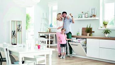Duża kuchnia to idealne miejsce do przyjemnego spędzania czasu z bliższą i dalszą rodziną, a także z przyjaciółmi. Warto ją urządzić tak, by zapewniała dobry nastrój. Stworzą go na pewno wygodny stół, jasne naturalne barwy, zabawne akcesoria i... idealny ład.