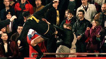 Tu możecie dowiedzieć się, w jakich dokładnie okolicznościach zostały zrobione zdjęcia z naszego quizu!<br><br>1995 r., mecz Manchester United - Crystal Palace. Eric Cantona atakuje prowokującego go podobno kibica i w efekcie zostaje skazany na dwa tygodnie więzienia - po apelacji karę zamieniono na 150 godz. prac społecznych
