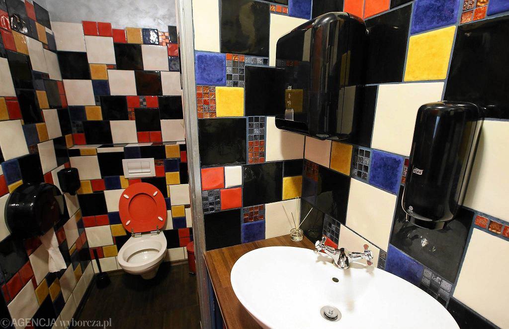 Toaleta w knajpie Pyzy, Flaki Gorące! / KUBA ATYS