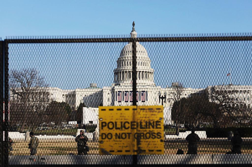 Ogrodzony Kapitol. W samym gmachu i w okolicy przedsięwzięto dodatkowe środki bezpieczeństwa. Waszyngton, 13 stycznia 2021 r.