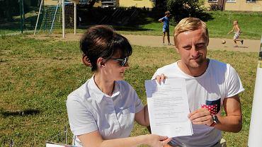 Kamil Glik podczas lipcowej wizyty na osiedlu Przyjaźń w Jastrzębiu spotkał się z prezydent miasta Anną Hetman