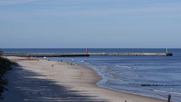 Polskie plaże - Mrzeżyno. Długa, piaszczysta plaża w Mrzeżynie jest strzeżona zawsze w okresie wakacyjnym. W tym czasie też rozkładają się na niej dmuchane poduszki i zjeżdżalnie wodne, a w pobliżu - małe punkty gastronomiczne.