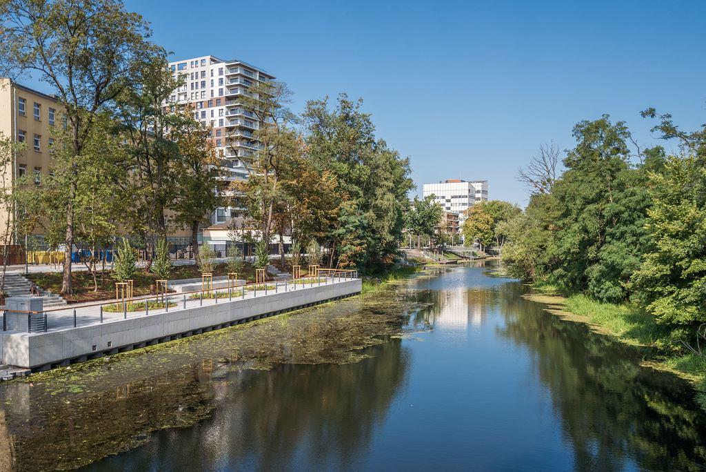 Pasaż nad Oławą przy budynkach Angel Poland Group w rejonie ulic Walońskiej i Traugutta: Angel Wings, Angel River i Angel City Wrocław