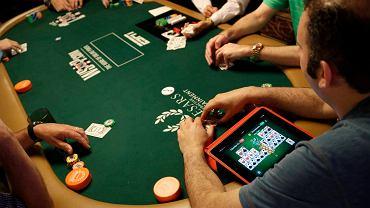 Rozgrywka podczas turnieju z cyklu World Series of Poker. Jeden z graczy posiłkuje się iPadem