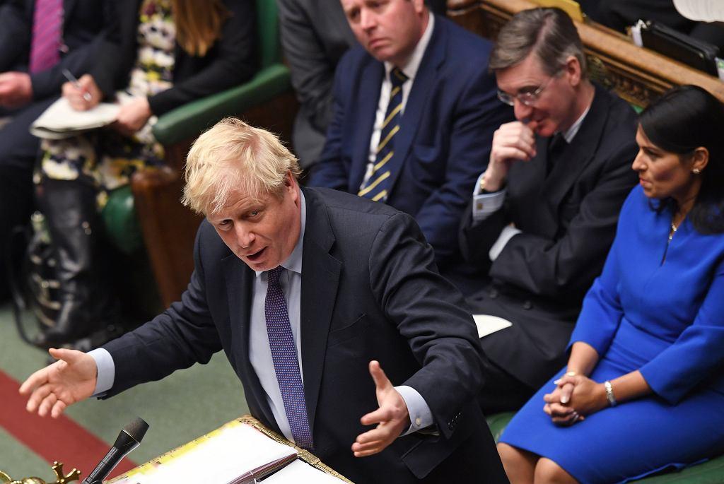 Wielka Brytania. Boris Johnson przemawia w Izbie Gmin, za nim, po prawiej stronie, Priti Patel, ministra spraw wewnętrznych.
