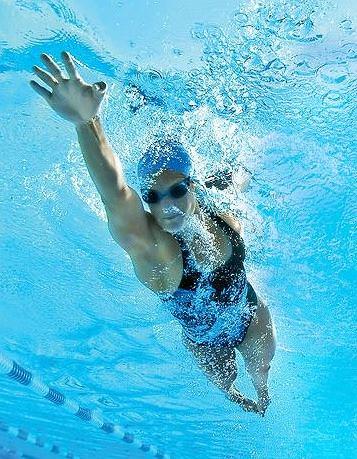 Zła technika pływania może skutkować kontuzją barku