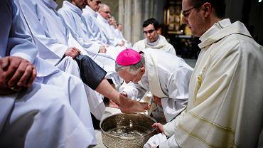 Łódź, Katedra. Arcybiskup Marek Jędraszewski obmywa stopy podczas mszy w Wielki Czwartek, 24.03.2016