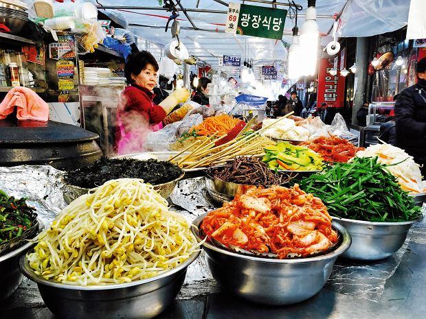 Żyj szybko, pracuj dużo. I jedz! Zamawiaj jak najwięcej. Seul szybko konsumuje świńskie gnaty, kimchi, soju.