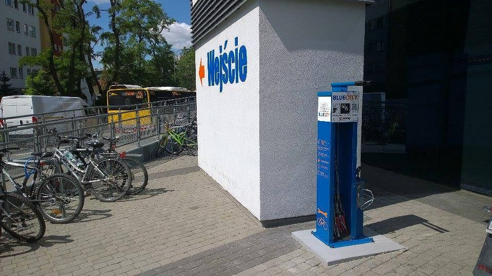 Samoobsługowa stacja naprawy rowerów w Centrum Handlowym Blue City.