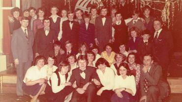 Studniówka ósmoklasistów w 1979 r. Pani Alicja Janeczkowska kuca wśród dziewcząt, w żółtej bluzce.