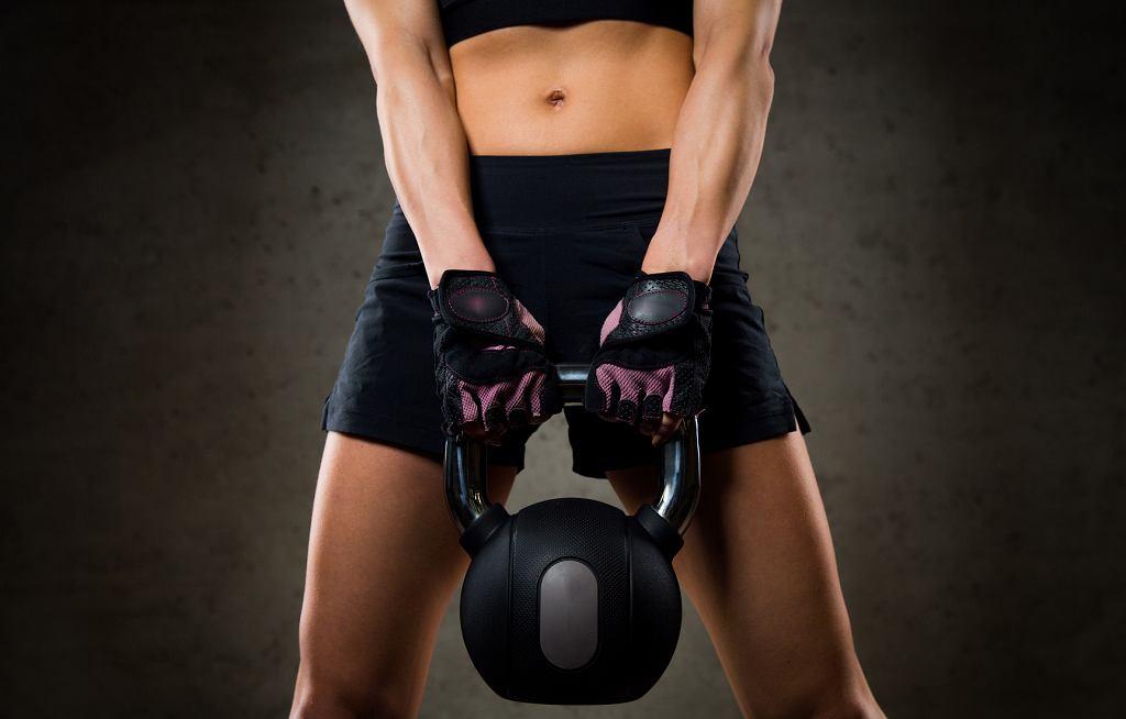 W odróżnieniu od sztanki, kettlebells mają przesunięty środek ciężkości
