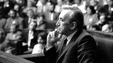 29 grudnia 1989 r. rząd Mazowieckiego usunął z konstytucji preambułę, rozdziały o ustroju politycznym i gospodarczym napisano od nowa - zmieniając ustrój polityczny kraju na demokratyczny i kierując go w stronę gospodarki rynkowej. Wprowadzono też jednolite pojęcie własności