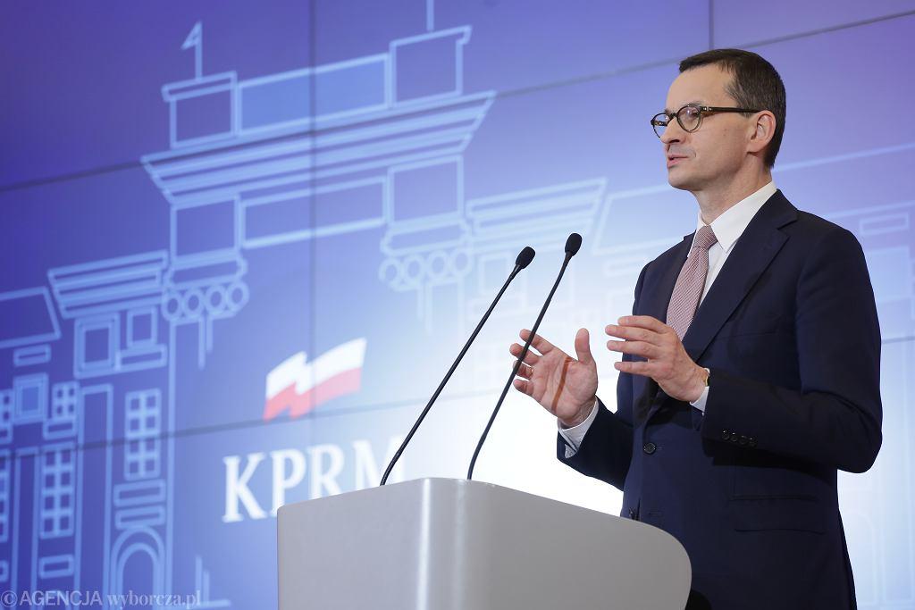 Premier rządu PiS Mateusz Morawiecki podczas konferencji dot. walki z pandemią koronawirusa. Warszawa, 13 marca 2020