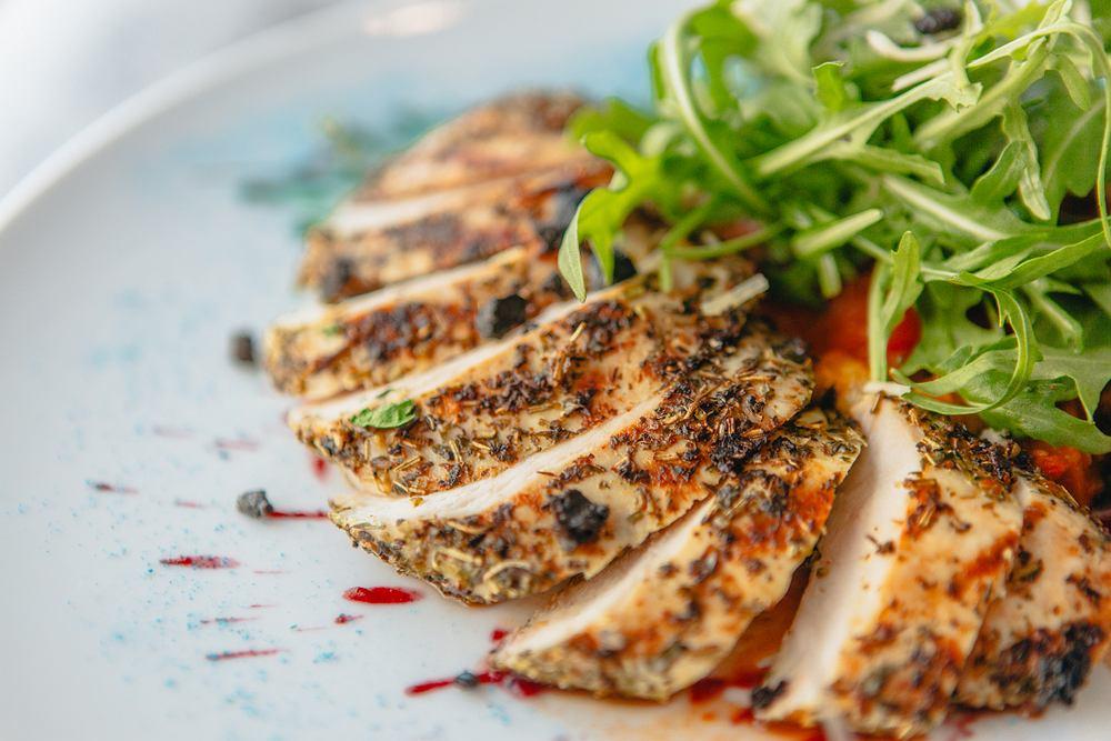 Polędwiczki wieprzowe można zarówno piec i dusić, jak i grillować.