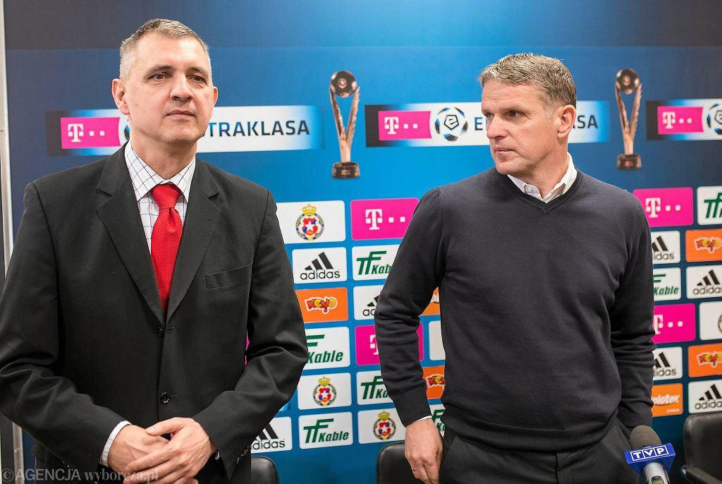 Prezes klubu Wisła Kraków Robert Gaszyński (l) i nowy trener Kazimierz Moskal. Jego poprzednik, Franciszek Smuda stracił posadę po serii porażek